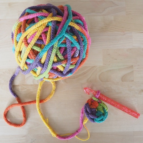 SUPER CHUNKY CROCHET BASKET WITH A KNITTING MILL – FREE PATTERN